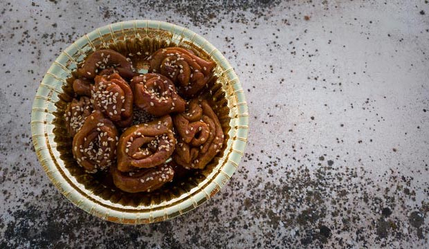 If you want to know how to make chebakia in Ramadan you will be interested this recipe